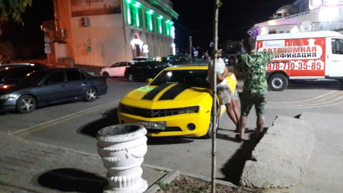 Автомобилисты атакуют пешеходную зону в Артбухте