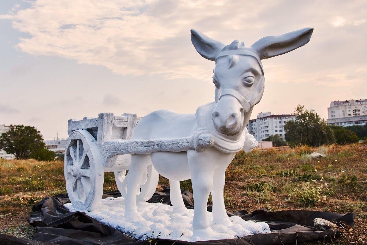 Установили скульптуры в новом античном парке